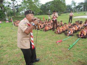 Pinisepuh Pramuka Kak Nurdin sedang menghibur anak-anak siaga dalam Pesta Siaga di Komp. Asean Kr Geukueh