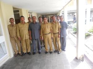 Kepala Dinas Pendidikan Propinsi Aceh Drs.  Anas M. Adam (ketiga kanan) didampingi Kepala SMP Negeri Arun Drs. Muhammad (kedua kanan) foto bersama usai keliling lapangan mengamati kegiatan pembelajaran SMP Negeri Arun