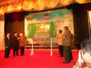 1.Manajement PT Arun dan Pimpinan Dayah tengah membuka selubung papa nama Baitul Huffad di Multipurpose.