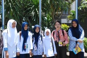 Kenangan team peserta LPIR Aceh bersama pembimbing mereka Mulyo, S.Pd sesaat selesai pembagian hadiah pemenang LPIR 2013 di Denpasar Bali