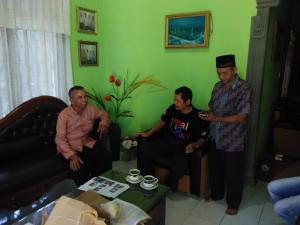 Ibnu Syakir (kiri) saat wawancara dengan haba Rakat didampingi T.Usman di Klinik Sehat Al Qaaf