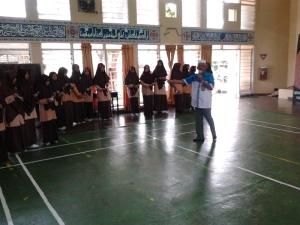 Tampak Rusli Abdah tengah membimbing para santri dalam pelatihan jurnalistik di Damora Arun Lhokseumawe