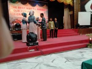 Kepala SMPN Arun Drs. Muhammad tengah memberikan hadiah kepada siswa berprestasi pada acara Gebyar SMP Arun di Multi Sabtu (23/5) malam