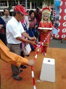 Direktur PT Arun tengah melakukan pengguntingan pita untuk meresmikan dimulai bazar dalam rangka 70 tahun HUT RI di Batuphat 17 Agustus 2015