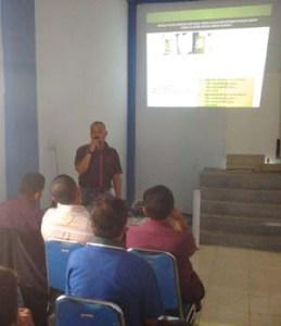 Mursalin sedang menjelaskan tentang menanam pohon Jabon yang menguntungkan  kusus bagi masyarakat  di Orange Kopi Lhokseumawe, Minggu (22/11)